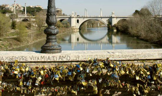 Candados en el Puente Milvio de Roma