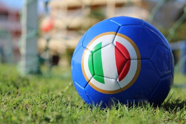 """¿Por qué en italiano se dice """"calcio"""" en vez de """"fútbol""""?"""